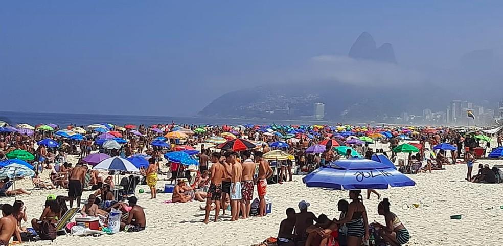 Praia de Ipanema lotada neste domingo — Foto: Daniel Silveira/G1 Rio