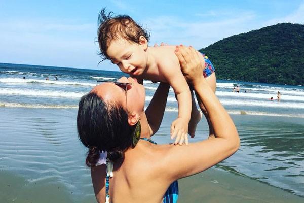 Marilaine na praia com Lorenzo (Foto: Reprodução Facebook)