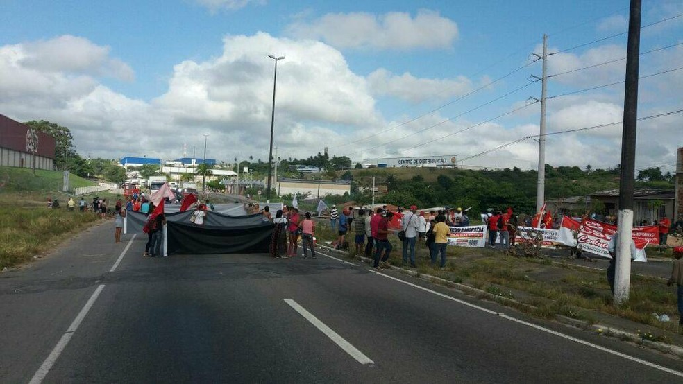 Trecho da BR-235 inderditado no acesso à capital sergipana (Foto: Anderson Barbosa, G1)