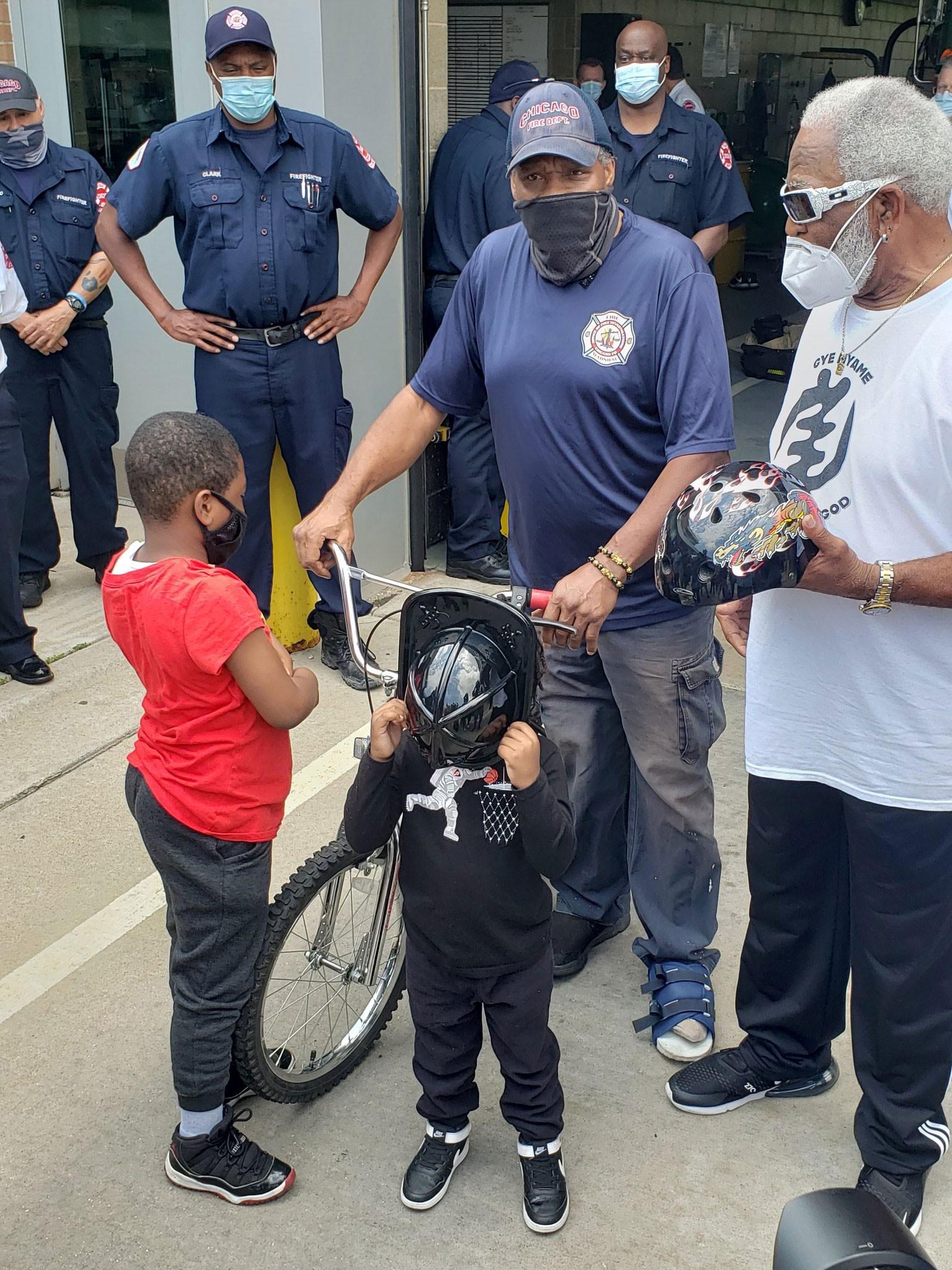 Garoto de sete anos é homenageado por bombeiros após salvar vida da mãe em Chicago