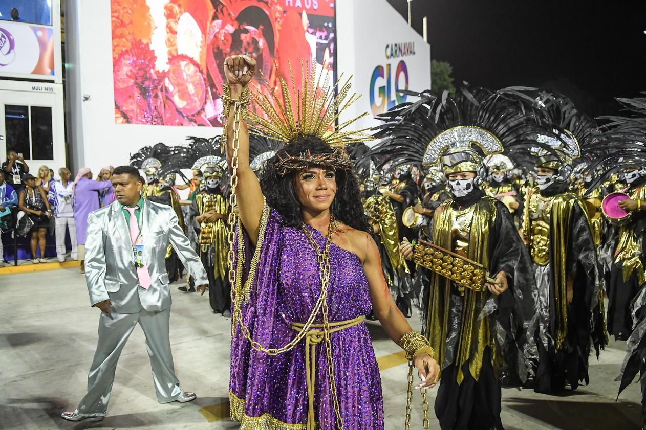 Evelyn Bastos, rainha de bateria da Mangueira, no desfile de 2020 — Foto: Alexandre Durão/G1