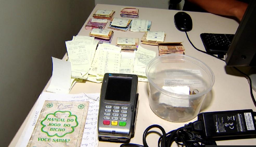 -  Dinheiro e apostas foram apreendidos em estabelecimento no Bairro Santa Mônica em Uberlândia  Foto: Reprodução/TV Integração