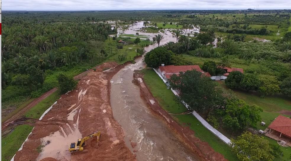 Canais foram abertos na Barragem do Bezerro para facilitar escoamento da água (Foto: Magno Bonfim/TV Clube)