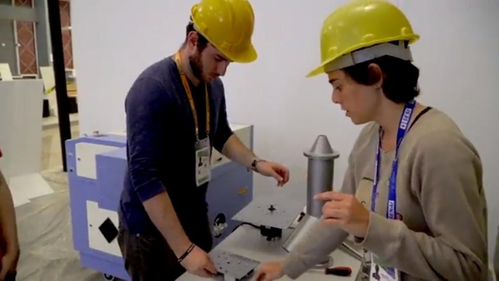 Estudante de engenharia do DF, Juliana Martinelli, trabalhando na máquina 3D em concreto — Foto: UniCeub/Divulgação