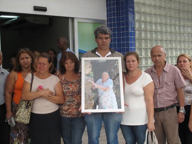 Família de idosa, de 80 anos, está revoltada com o ocorrido (Foto: Renata Soares/G1)