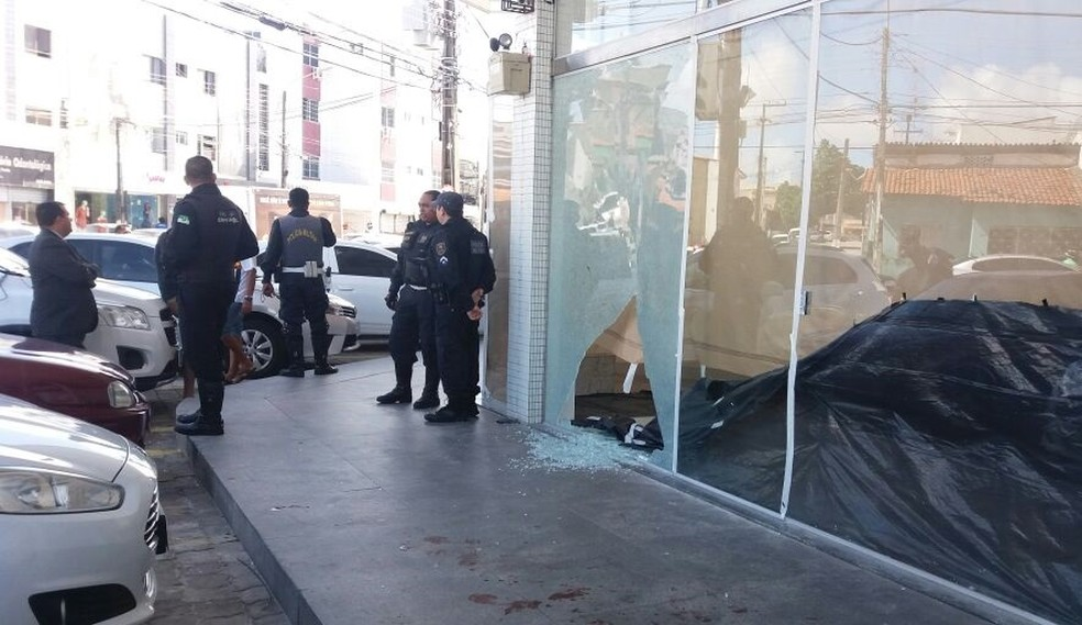 Vigilante foi baleado durante tentativa de assalto a centro comercial em Natal (Foto: Cláudia Angélica/ InterTV Cabugi)