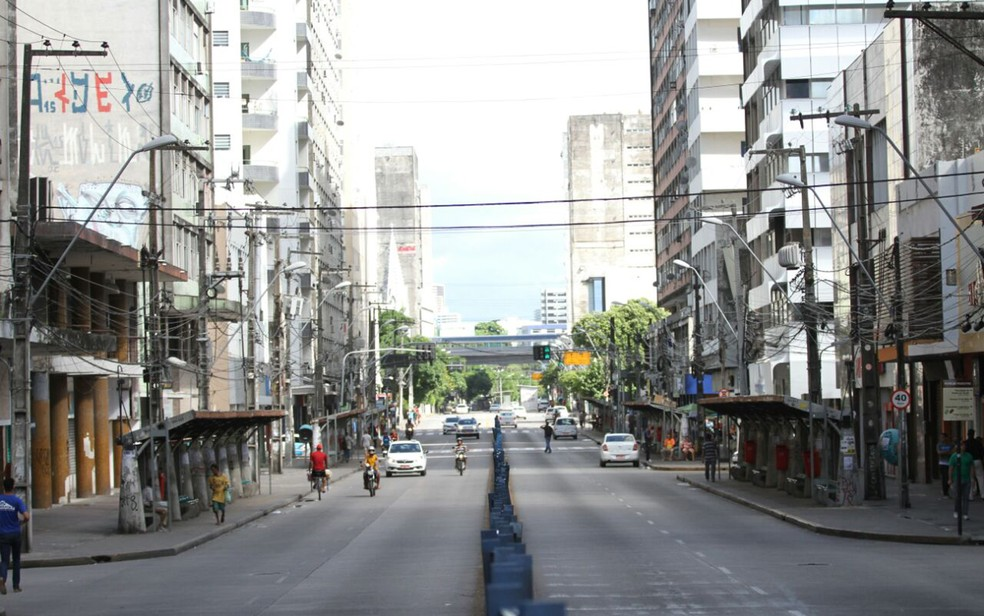 Requalificação das calçadas entre as ruas do Hospício e Aurora prevê a instalação de novos pontos de embarque e desembarque de passageiros — Foto: Marlon Costa/Pernambuco Press