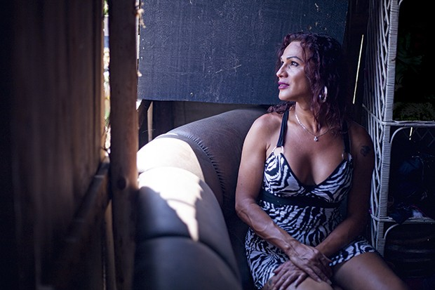 Letícia Souza Silva, 37, transexual moradora da Terra Prometida desde  a sua fundação (Foto: João Bertholini)