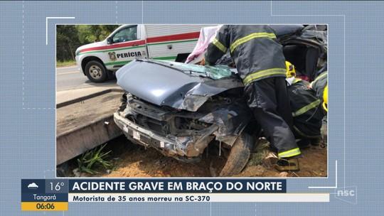Motorista morre após carro atingir poste e ponto de ônibus na SC-370