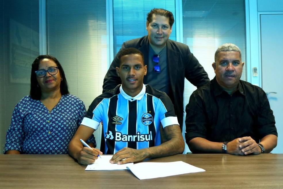 Da Silva assina novo contrato ao lado dos pais — Foto: Divulgação