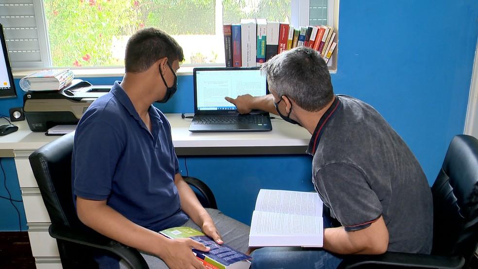 Pai e filho estudaram juntos durante cinco anos da graduação de Direito, no ES  — Foto: Reprodução/ TV Gazeta