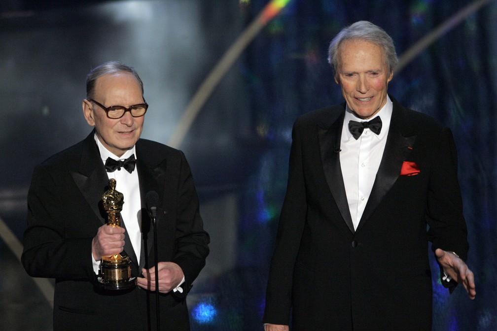 Ao lado de Clint Eastwood, o compositor italiano Ennio Morricone recebe o Oscar Honorário por sua contribuição à arte da música cinematográfica, em 2007 — Foto: AP Photo/Mark J. Terrill, arquivo