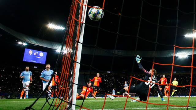 Gündogan marca o segundo gol do Manchester City sobre o Shakhtar Donetsk