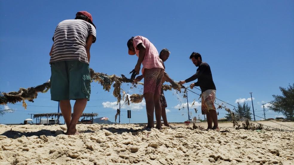 Pescadores artesanais de Itaipuaçu, em Maricá — Foto: Anna Beatriz Lourenço/G1