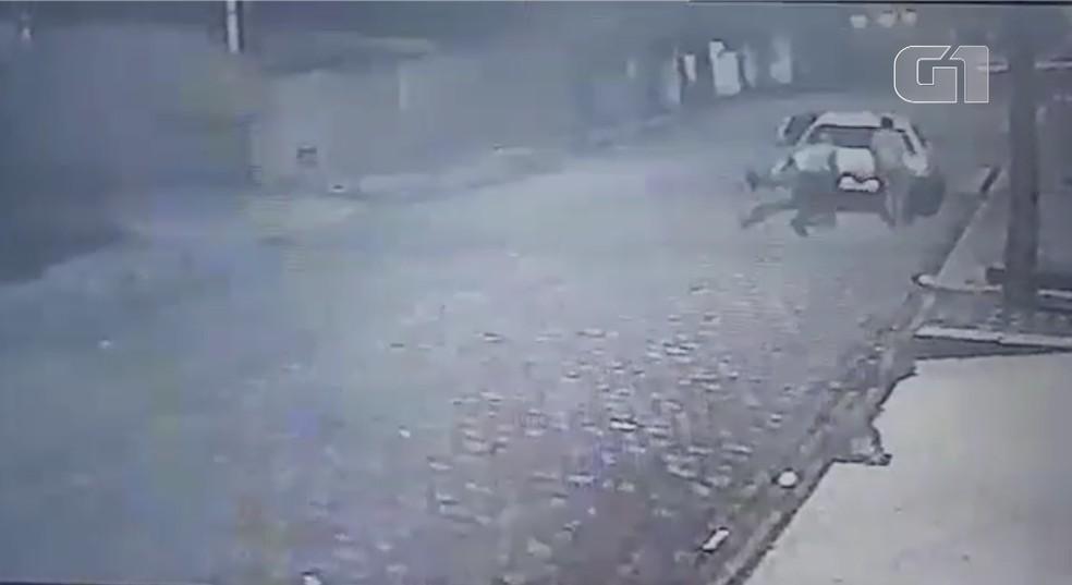 Bandidos roubam carro sem gasolina e fogem empurrando o veículo em Natal — Foto: Reprodução