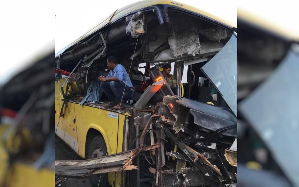 Ônibus fica destruído em acidente na GO-080, entre São Francisco e Petrolina (Foto: Corpo de Bombeiros/ Divulgação)
