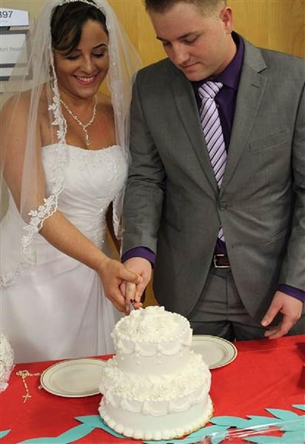 Rubia e Tyler cortam o bolo de casamento (Foto: Reprodução Facebook)