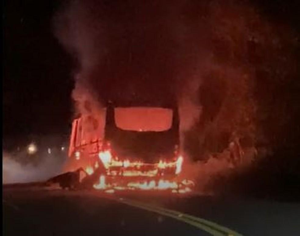 Passageiros fugiram pelas janelas durante incêndio em topique na cidade de Palmácia. — Foto: Reprodução