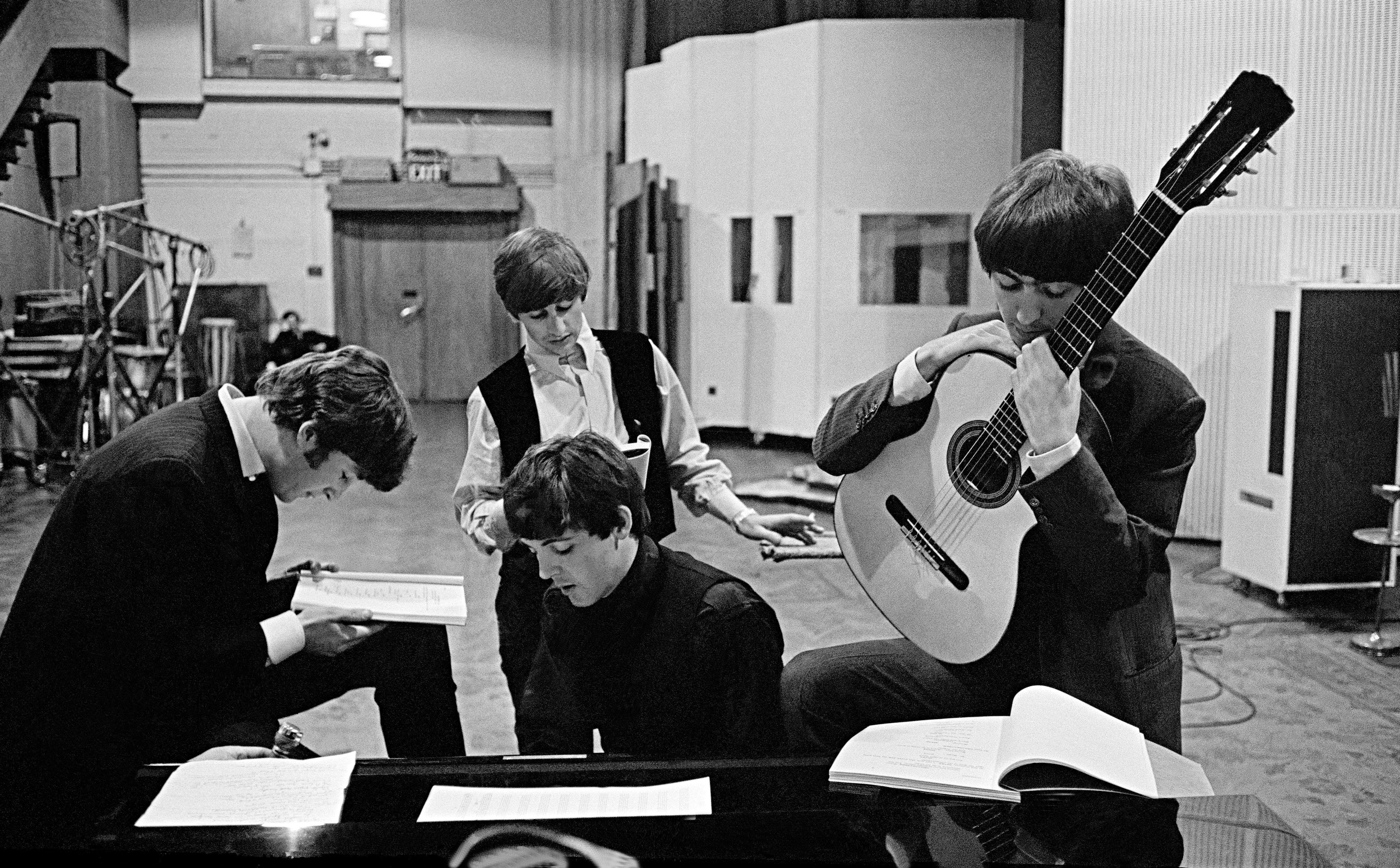 Os Beatles estudam script do filme Os Reis do Ié-Ié-Ié no  EMI Recording Studios (Foto: David Hurn)