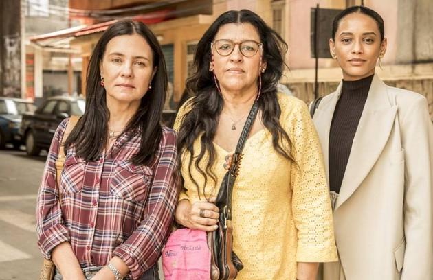 Na segunda-feira (25), Lurdes (Regina Casé) conhecerá Vitória (Taís Araujo) e Thelma (Adriana Esteves) (Foto: Rede Globo / João Cotta)