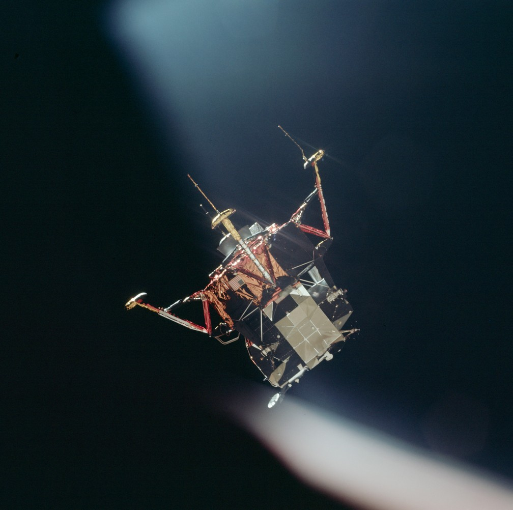 Módulo lunar Eagle visto desde a cabine de comando, após a separação — Foto: Divulgação/Nasa
