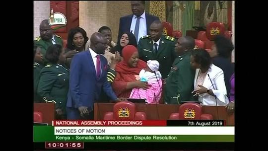 Olhar Em Pauta: primeira-ministra do Quênia é expulsa do parlamento por levar bebê