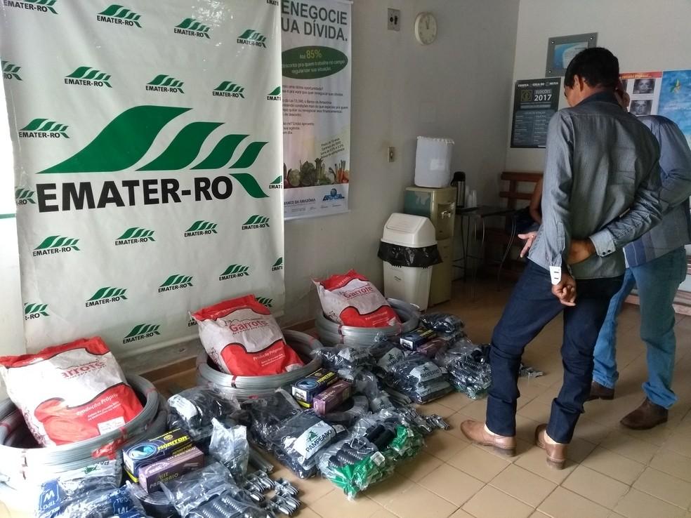 Produtores receberam kits de manejo do Projeto Produção de Leite a Pasto (Foto: Pâmela Fernandes/G1)