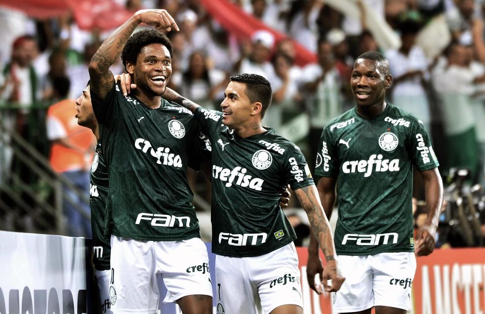 Dudu com Luiz Adriano e Patrick de Paula em seu penúltimo jogo pelo Palmeiras, contra o Guaraní-PAR na Libertadores — Foto: Marcos Riboli