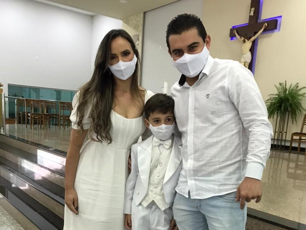 Davi e os pais Juscimara e  Carlos Henrique — Foto: Arquivo Pessoal