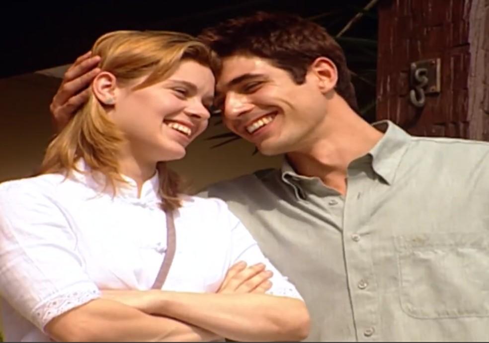 Edu (Reynaldo Gianecchini) leva Camila (Carolina Dieckmann) ao churrasco de Alma (Marieta Severo), em 'Laços de Família' — Foto: TV Globo