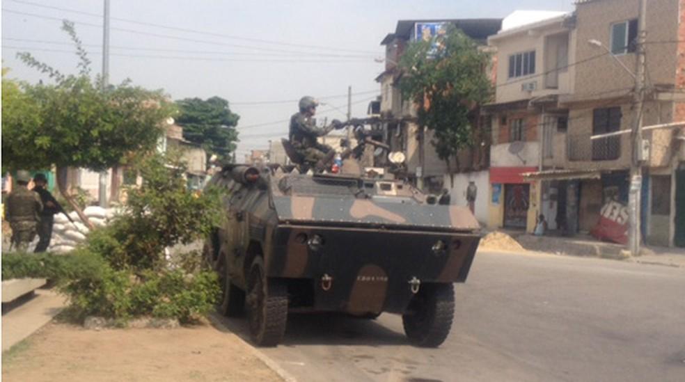 Homens do Exército ocupam as entradas de comunidades do conjunto de favelas da Maré em 2014. Em um dos acessos à Vila do João, os militares revistam motoristas neste domingo. (Foto: Janaína Carvalho/G1)