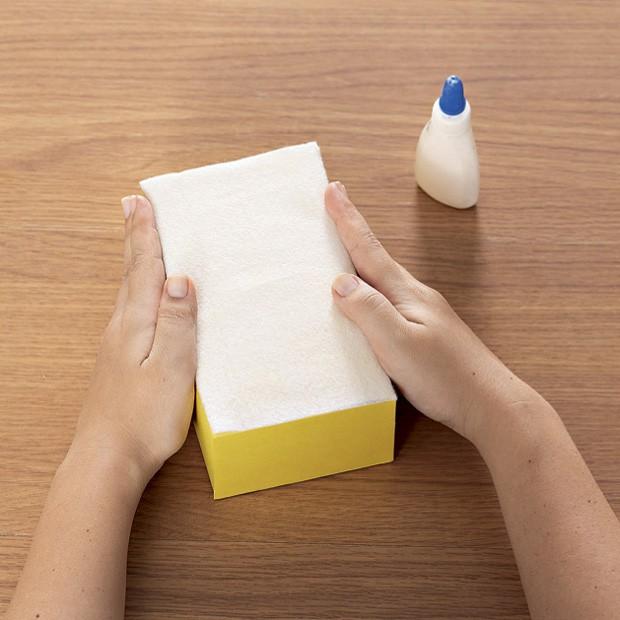 3. Cole um retângulo de feltro branco em cada caixa de leite. (Foto: Bruno Marçal / Editora Globo)