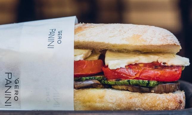 O panini de abobrinha, berinjela, tomate, queijo de cabra e orégano