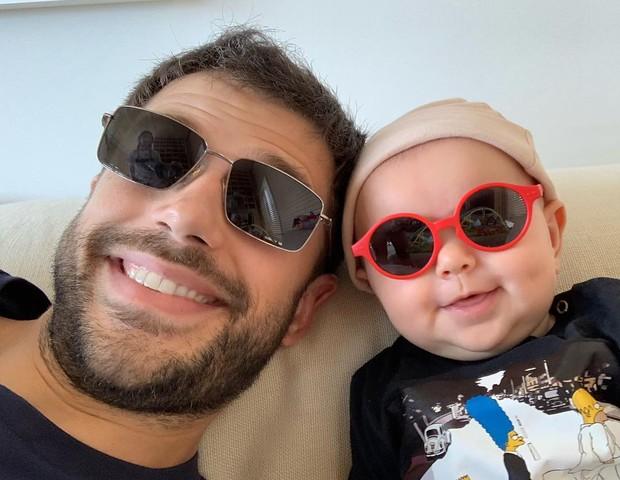 O pai, Duda Nagle, com a pequena Zoe (Foto: Reprodução Instagram)