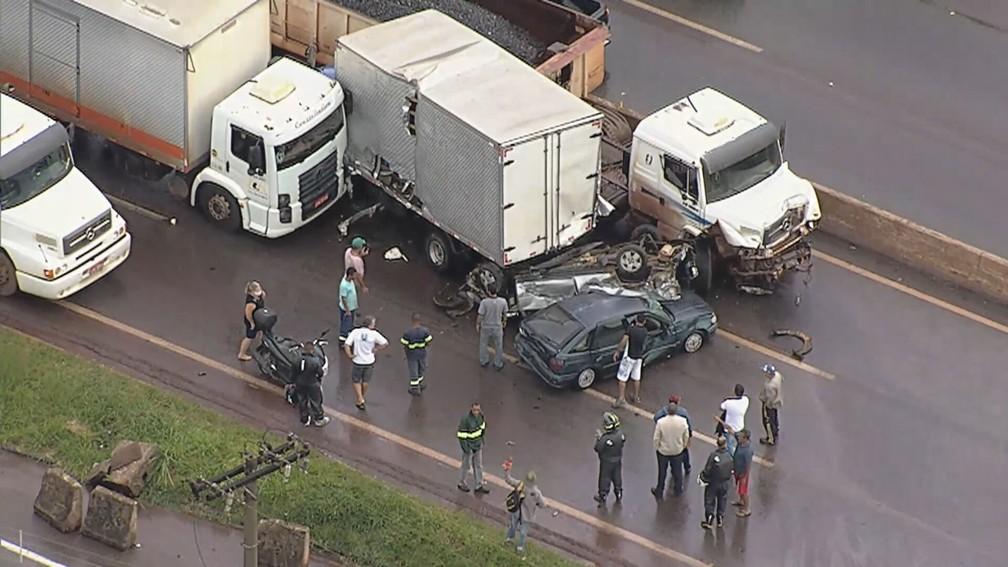 Acidente no Anel Rodoviário, em BH — Foto: Reprodução/TV Globo