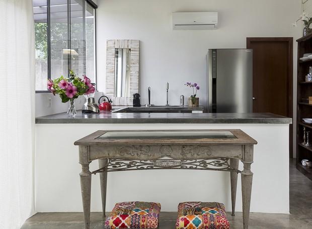A cozinha fica localizada no anexo externo retangular de madeira (Foto: Fernando Willadino/Divulgação)