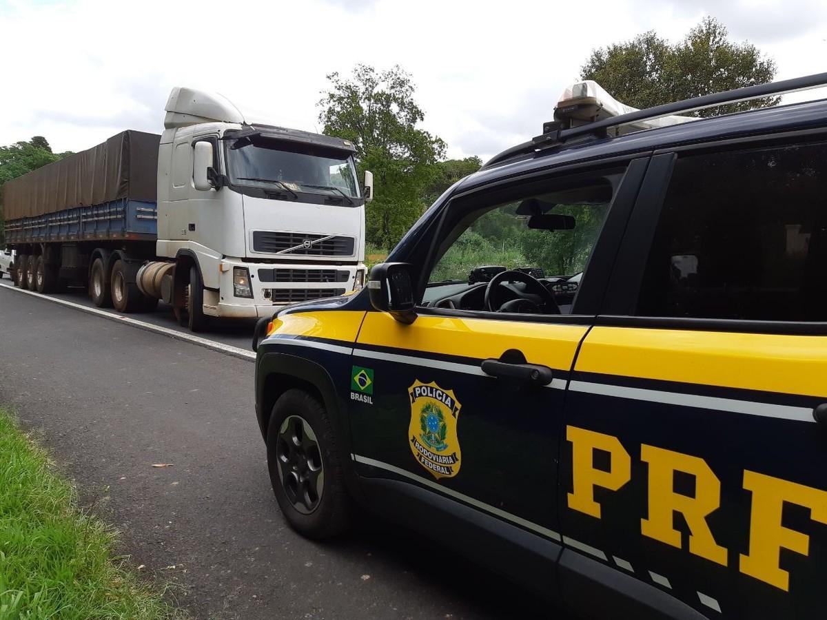 Caminhões carregados com cigarros contrabandeados são apreendidos, em Prudentópolis - G1