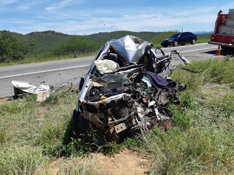 Caminhonete ficou destruída após colidir com ônibus na BR-232, em Serra Talhada ? Foto: PRF/Divulgação