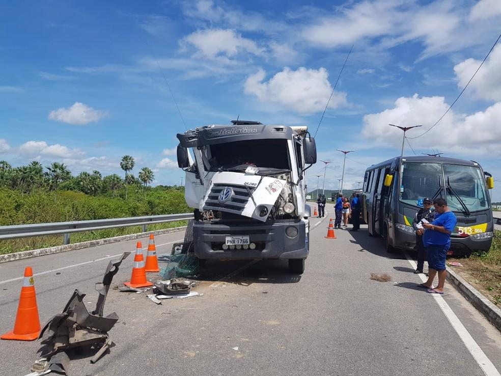 Uma equipe da Polícia Rodoviária Estadual foi acionada para orientar o trânsito local — Foto: Ricardo Mota/Sistema Verdes Mares