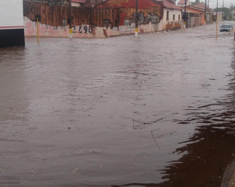 Temporal deixou ruas alagadas e carros ilhados em Avaré (SP) — Foto: A Voz do Vale/Divulgação