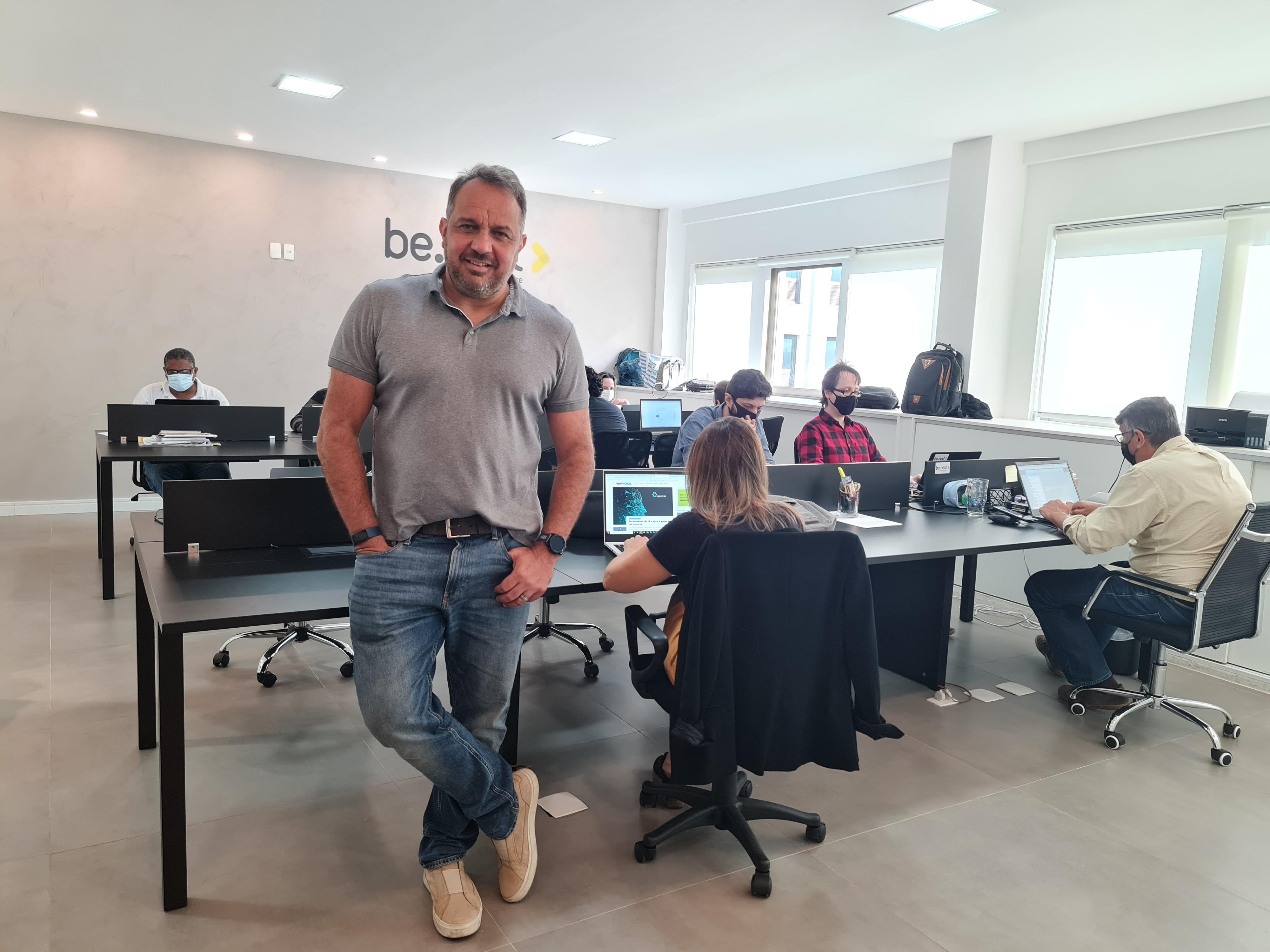 O CEO da Benext, Daniel Deivisson, no escritório da empresa no Rio