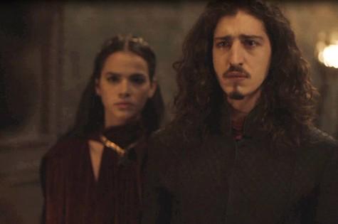 Johnny Massaro e Bruna Marquezine em cena de 'Deus salve o rei' (Foto: Reprodução)