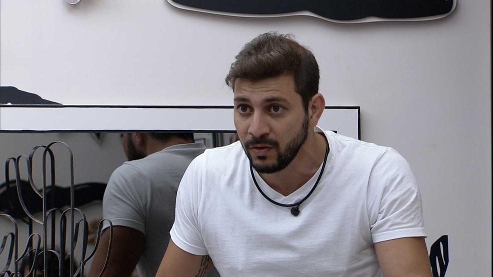 No Quarto Cordel, Caio explica seu voto em Sarah para sister — Foto: Globo