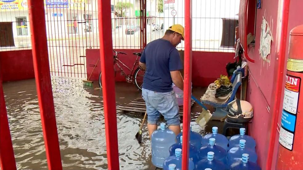Comércio alagado em Linhares, no Espírito Santo — Foto: Reprodução/ TV Gazeta