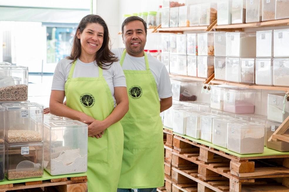 2018: Roberto Leite e Zuleide Valeriana da Luz na loja aberta há um ano em Mogi das Cruzes: casal celebra mudança para o interior e movimento acima do esperado — Foto: Marcelo Brandt/G1
