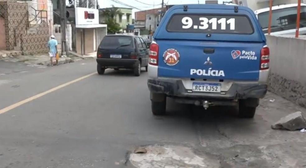 PM faz operação no bairro de Valéria após tiroteio na madrugada desta segunda, em Salvador — Foto: Reprodução/TV Bahia