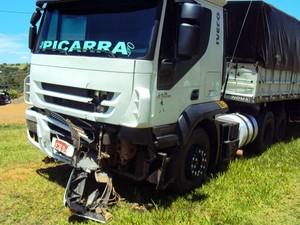 Carreta atingiu a traseira do veículo (Foto: Wagner Bueno/ Portal Bueno)