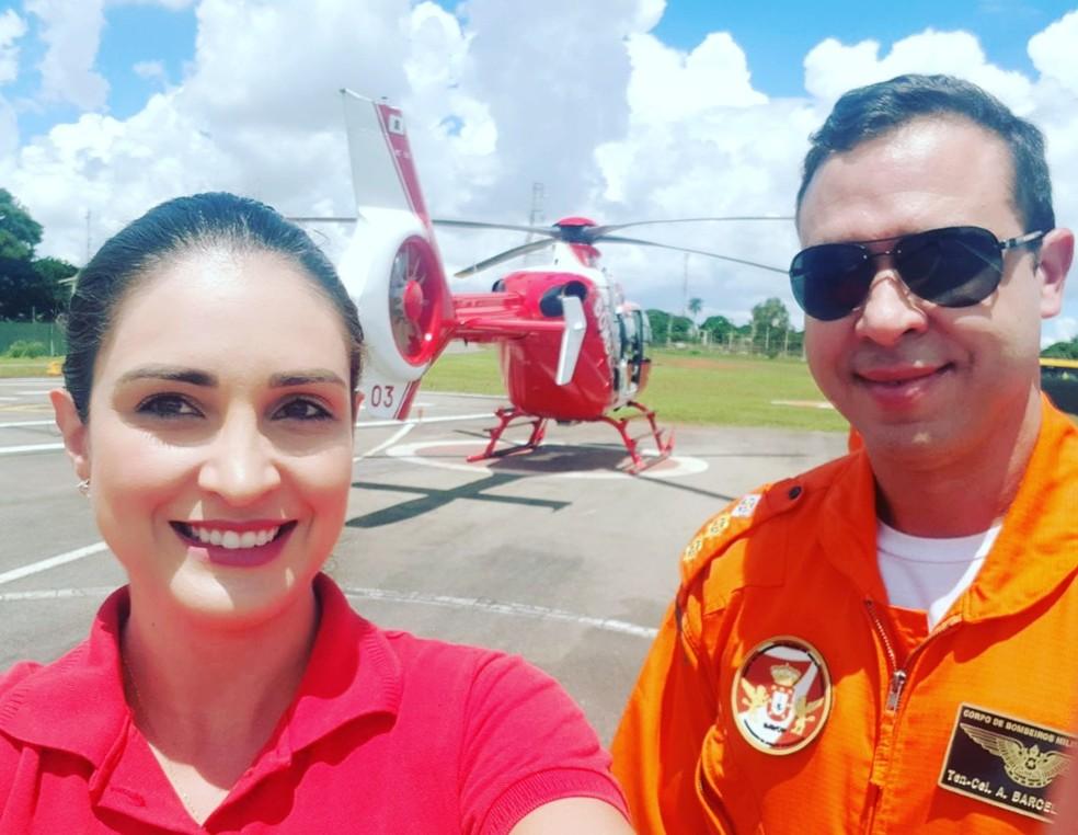 Tenente-coronel Moisés Alves Barcelos, de 43 anos, ao lado da esposa, capitã do CBMDF. Militar comandava aeronave no momento do acidente, no dia 30 de julho, no DF  — Foto: Arquivo pessoal