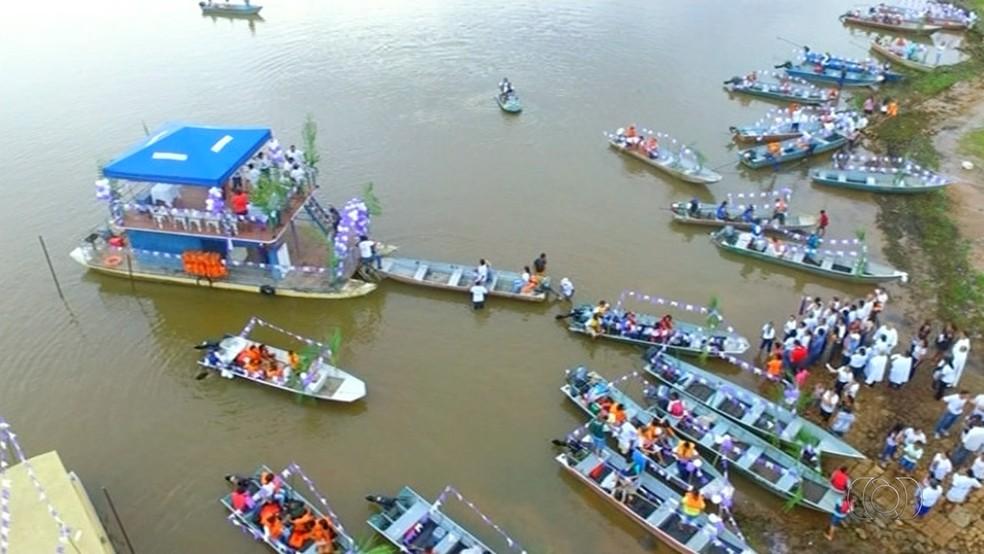 Vários barcos acompanham imagem do padroeiro em procissão (Foto: Produção Tv Anhanguera)