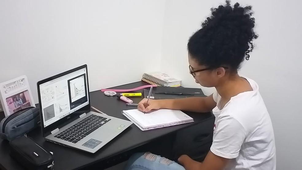 Gabriela Mathias, de 17 anos, passava horas estudante em frente ao computador — Foto: Arquivo Pessoal